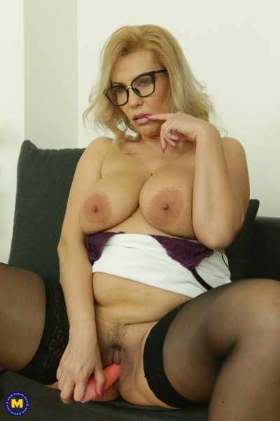 Patricia Sweet (38) - Big breasted MILF Patricia Sweet loves to tease her wet pussy with her toys (2019/Mature.nl/FullHD/HD/SD)