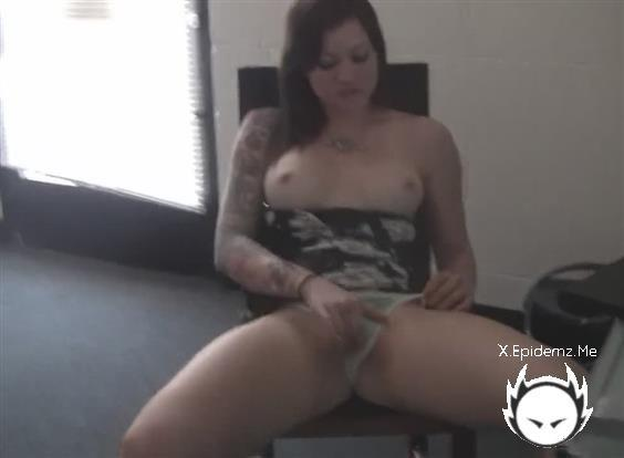 Amateurs - Pretty Girl Pulling Her Dress Up And Masturabting (2020/LoveHomePorn.com/HD)