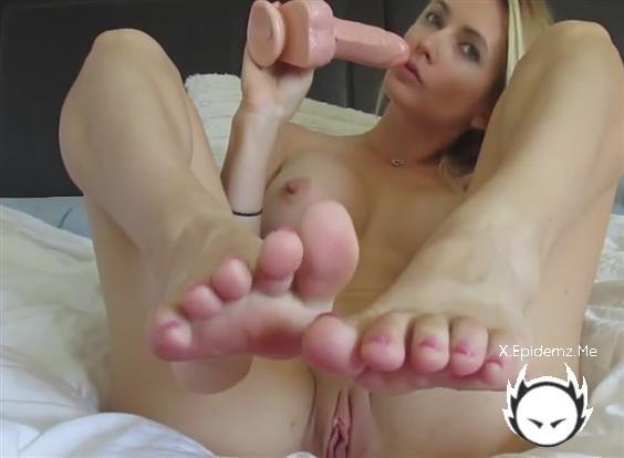 Amateurs - Blonde Hailey Playing With Her Favorite Toy (2020/LoveHomePorn.com/HD)