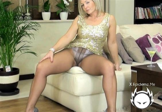 Amateurs - Mature In Nylons Exposing Her Butt (2020/AlaNylons.com/HD)