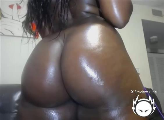 Amateurs - Stunning Oiled Up Ebony Bitch Teasing And Masturbating Solo (2020/LoveHomePorn.com/SD)